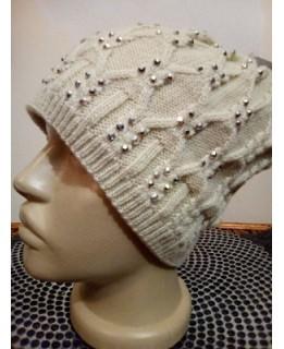 Бежова плетена шапка с камъни